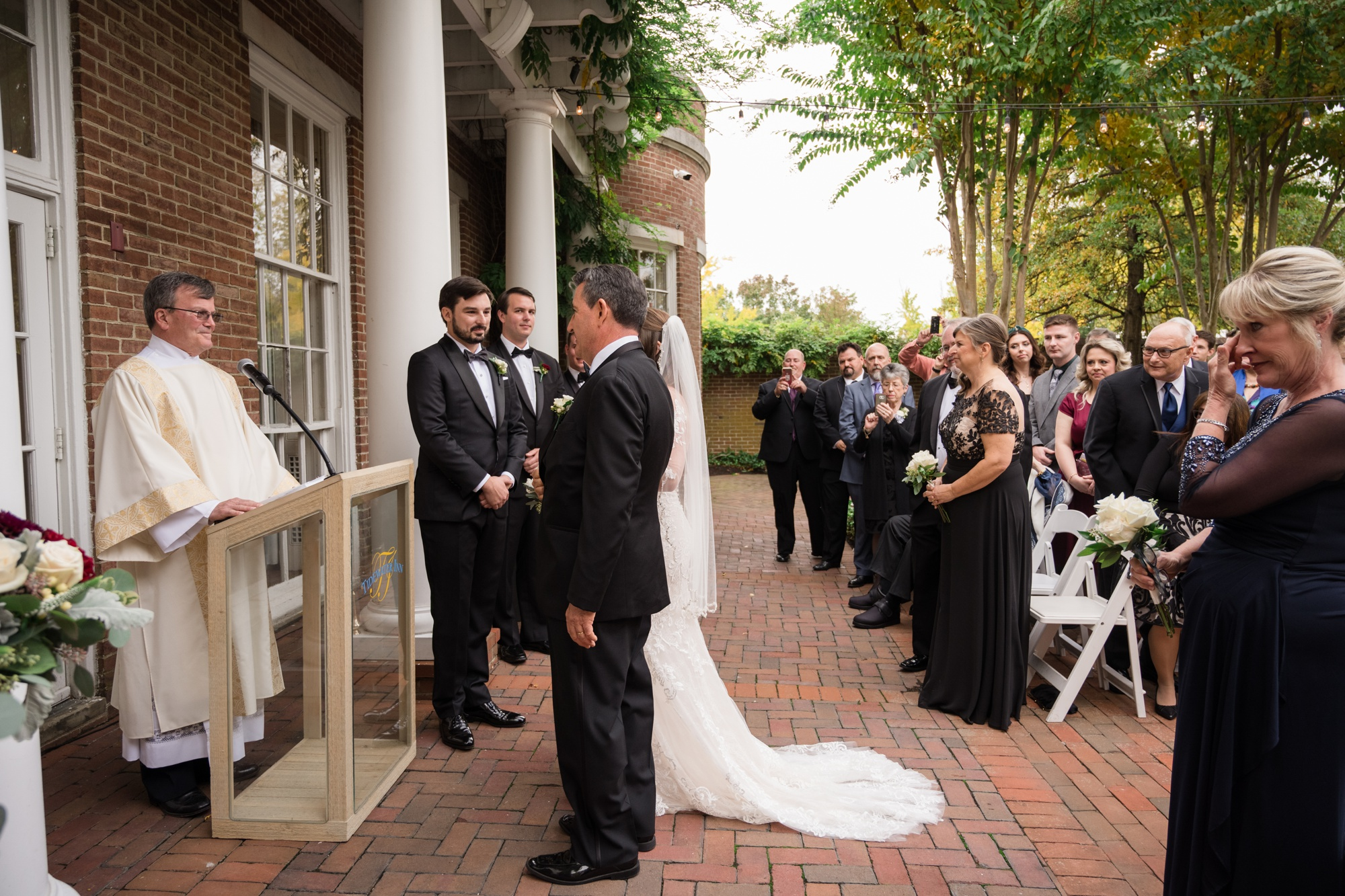 The Tidewater Inn outdoor wedding ceremony