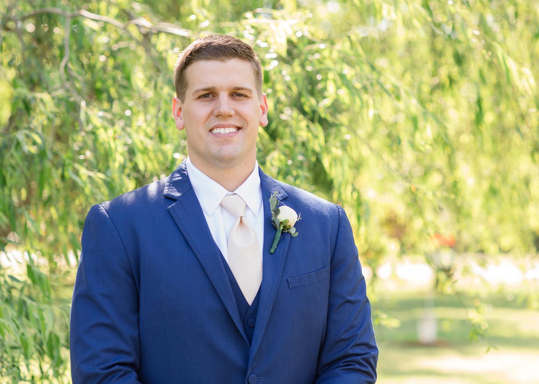 groom outdoor portraits